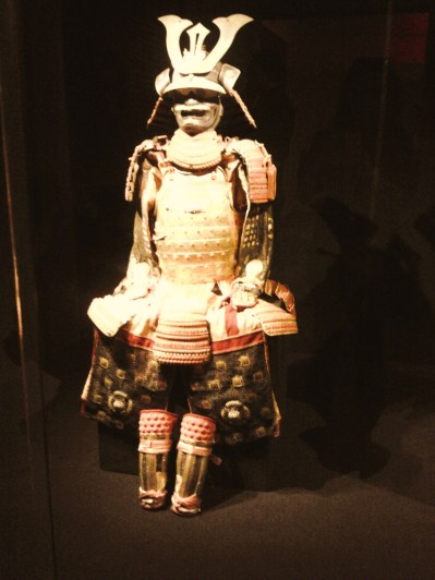 Una delle sgargianti armature da samurai in mostra
