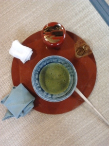 """Gli strumenti disposti """"a tartaruga"""" nella cerimonia del té con l'obon"""
