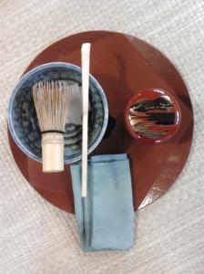 L'obon con gli strumenti prima dell'inizio della cerimonia del té