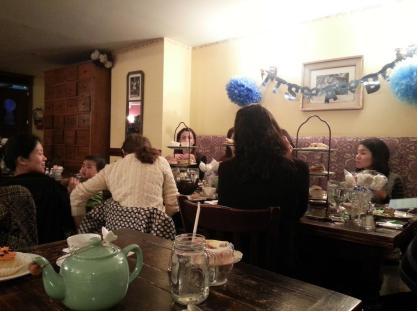 Una tavolata da Alice's Teacup
