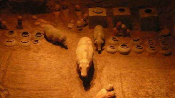 Una parte del corredo della tomba di Jing Di. Le analisi hanno rivelato che vi era anche del té, il più antico di cui si abbia notizia