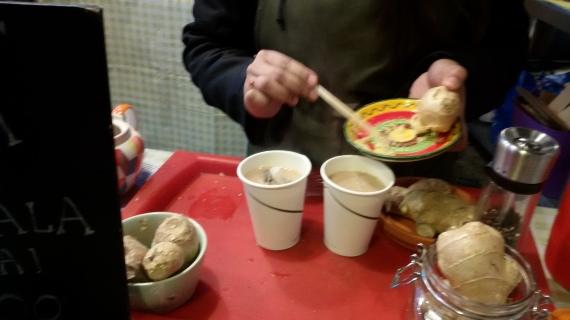 Il Masala Chai in preparazione: lo zenzero grattugiato viene versato nel bicchiere di chai latte