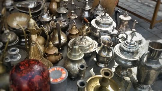 Un'esposizione di teiere marocchine in uno dei mercati di Tangeri