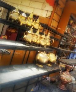 Teiere dorate in vendita in uno dei mercati di Tangeri