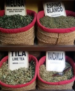 foglie per infusioni in vendita vicino alla cattedrale di Granada