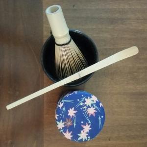 Chasen (il frullino), Chashaku (il cucchiaino di bambù), chaire (il contenitore per il té) e chawan (la tazza) della mia personale collezione: Sen no Rikyu avrebbe apprezzato?