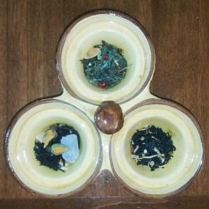 Il té verde e i té neri della collezione di Natale de La Via del Té: si differenziano anche cromaticamente, oltre che per profumo e ingredienti