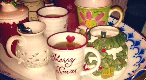Un vero Christmas Tea Party: tazze a tema natalizio e profumo di calde spezie che si sprigiona da esse