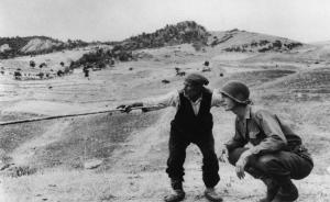 Straordinaria foto di Robert Capa che racconta lo sbarco degli Alleati in Sicilia