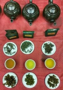 tre diversi tipi di té verde prima, durante e dopo l'infusione: gunpowder, sencha e té verde al gelsomino