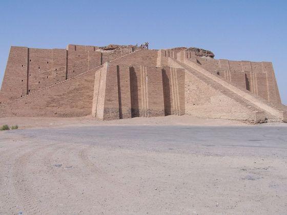 Ancient_ziggurat_at_UR iraq